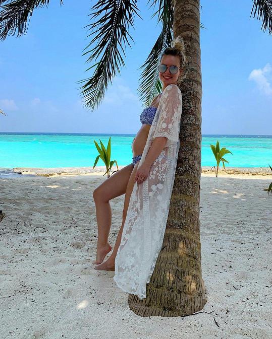 Momentálně jsou na Maledivách, odkud se herečka také těhotenstvím pochlubila.