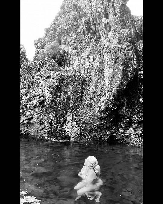 Vendula Pizingerová se koupala v ledové vodě.