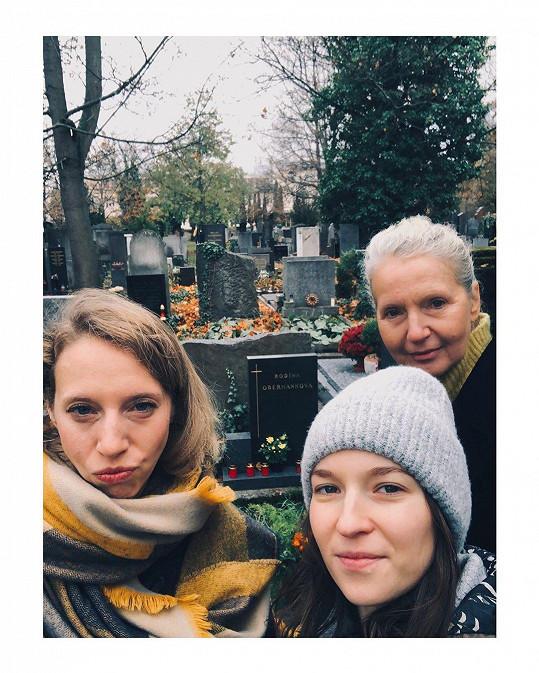 Berenika Kohoutová (vpravo) a její rodinné selfie mezi hroby.