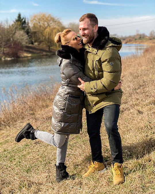 Když nemůžou do fitness centra, vyráží s manželem do přírody.