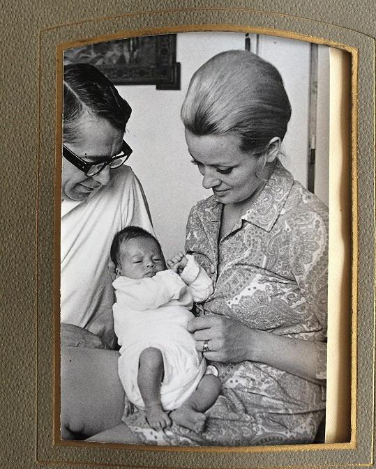 Archivní snímek z hereččina dětství s maminkou Janou Brejchovou a tatínkem Vlastimilem Brodským