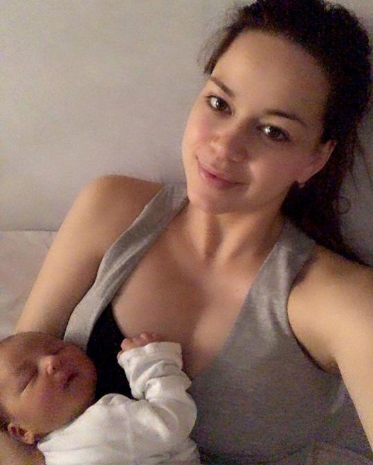 Karolina Gudasová poslala pozdrav z porodnice.