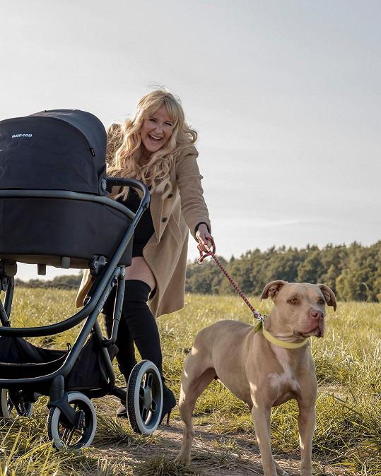 Vendula Pizingerová na procházce s kočárkem