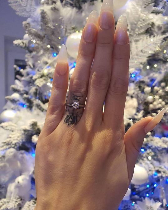 Takhle vypadá zásnubní prstýnek.