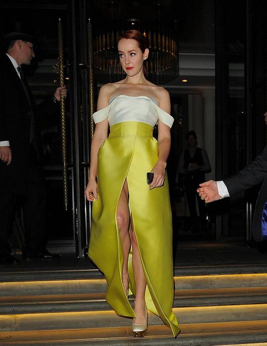 Jena Malone si oblékla šaty s vysokým rozparkem.