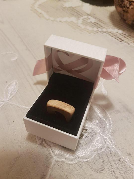 Přítelkyně dostala prsten, který sám vyrobil.
