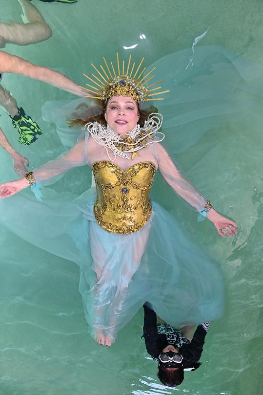 Paní Dagmar splývala na hladině v těžkém kostýmu. Nelehký úkol.