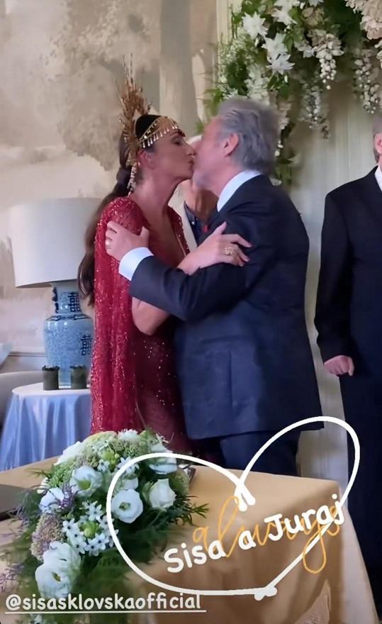 Nemohl chyběl ani manželský polibek.