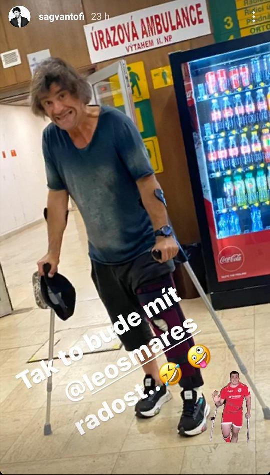Sagvan Tofi se zranil při hokeji. Dostal ortézu a berle.