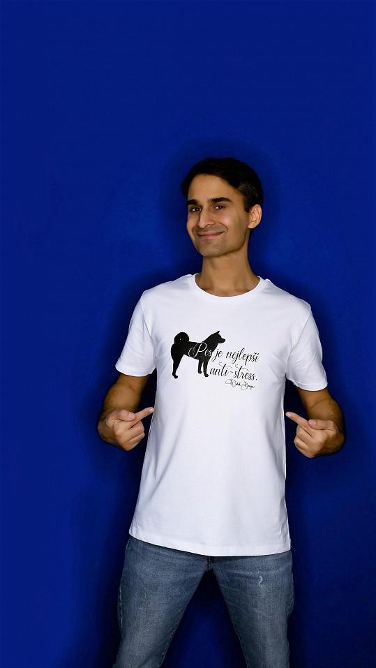 Radek v tričku se svým psím kamarádem