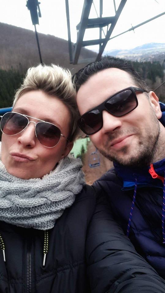 Moderátor a herec na výletě s partnerkou