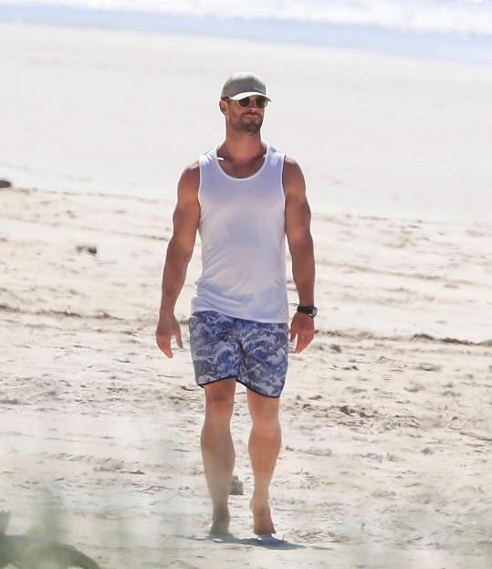 Chris předvedl své svalnaté tělo v tílku a bermudách.