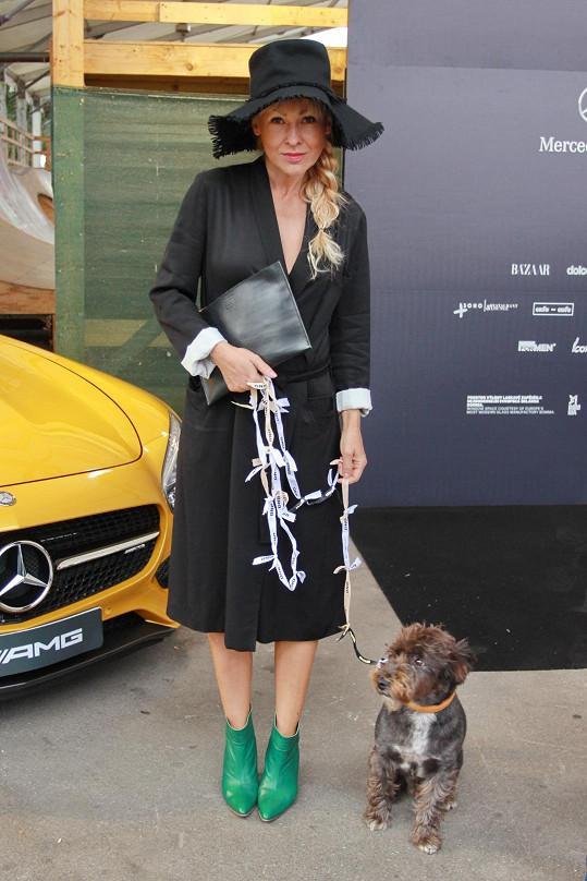 Na přehlídku Denisy Nové ji doprovázel i psí miláček Punťa. Stylová nebyla jen herečka, ale i její osmiletý čtyřnohý kamarád se pyšnil trendy vodítkem.