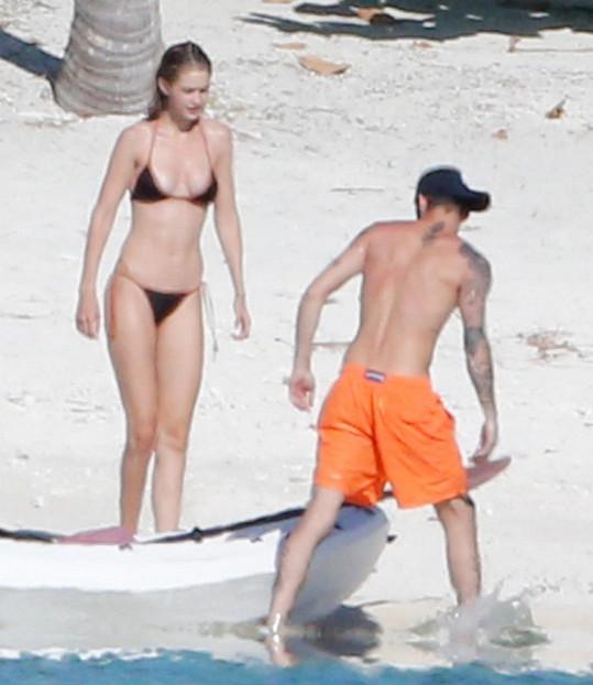 Zayn se nehodlal jen povalovat na pláži a přichystal kajak.