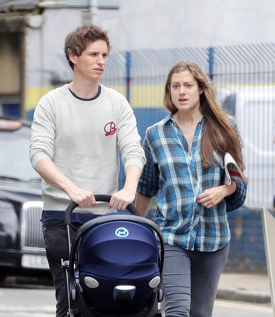 Eddie Redmayne s manželkou Hannah na procházce v Londýně