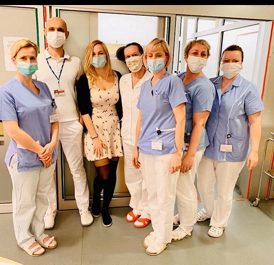 Se zdravotnickým týmem pracuje v první linii.