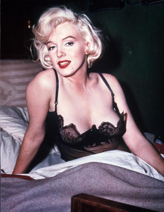 Marilyn ukázala vnady v komedii Někdo to rád horké (1959).