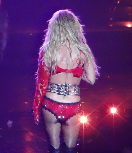 Britney už neoplývá oblým pozadím podle současných trendů.