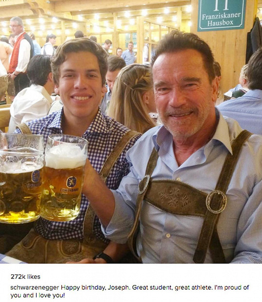 Arnold Schwarzenegger si dal pivko s nemanželským synem Josephem.
