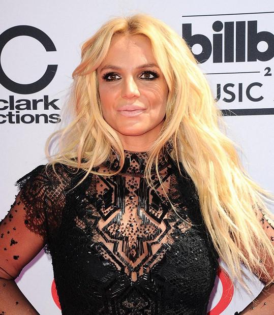 Britney Spears (35) mají všichni zafixovanou jako univerzální blondýnu s dlouhými vlasy.