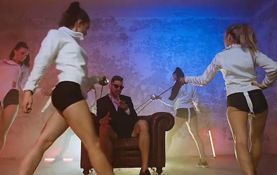 Alexander Choupenitch působí i jako zpěvák. V klipu dováděl s twerkujícími tanečnicemi.