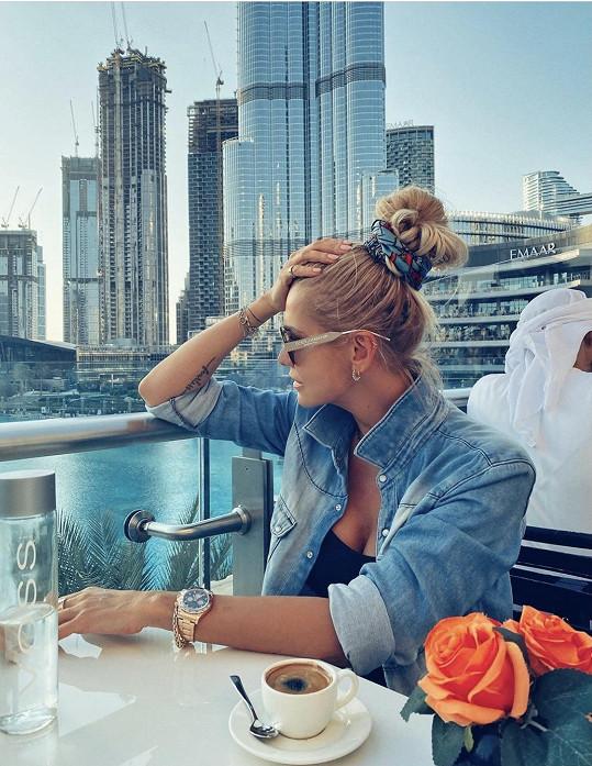 Zpěvačka si užívá krásy Dubaje s dcerou Laurou.
