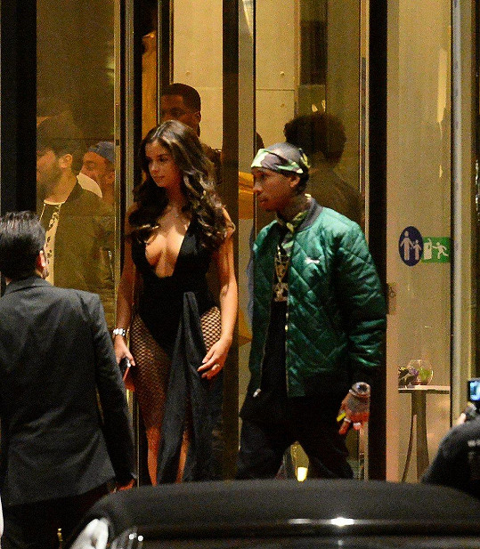 To je on. Fotka je z 20. května 2016: Tyga a Demi Rose opouštějí svůj hotel a míří do nočního klubu Gotha v centru Cannes.
