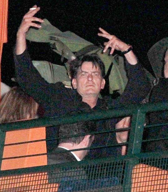 Sheen prohýřil většinu svého života.