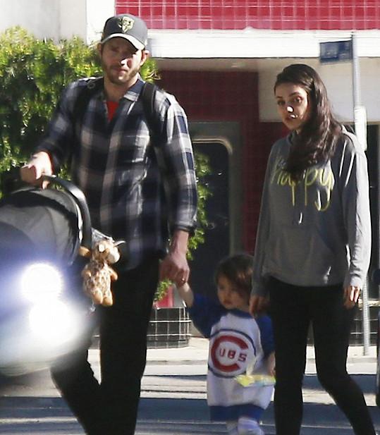 Ashton s Milou a jejich dětmi vyrazili na návštěvu za přáteli.