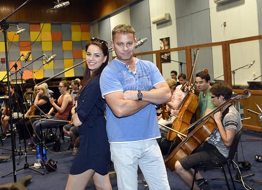 Karolina Gudasová s režisérem muzikálu Filipem Renčem