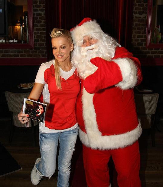 Takto před lety propagovala své vánoční cédéčko.