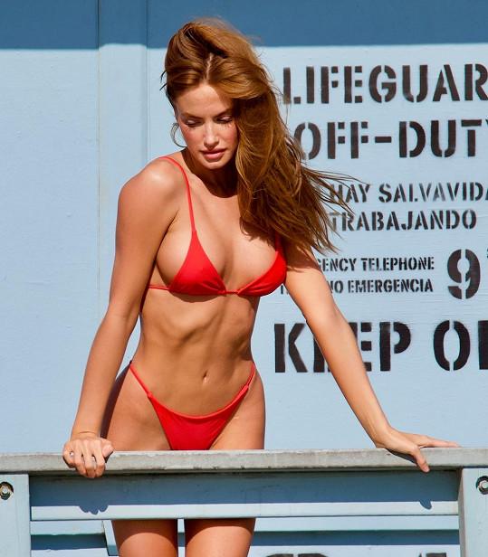 Modelka se v plavkách snad narodila.