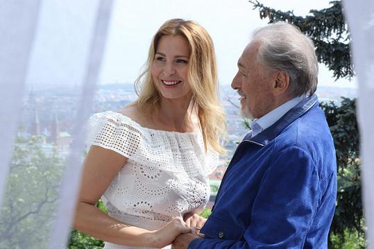 Ivana Gottová s Karlem Gottem během natáčení klipu k písni Ta pravá.