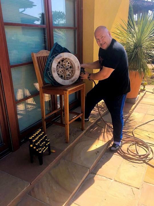 Michal se v karanténě věnuje práci kolem domu.