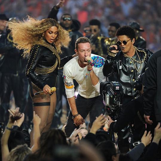 Herečka sdílela snímek s dcerou pouhý den před vystoupením jejího exmanžela Chrise Martina (uprostřed) na Super Bowlu.