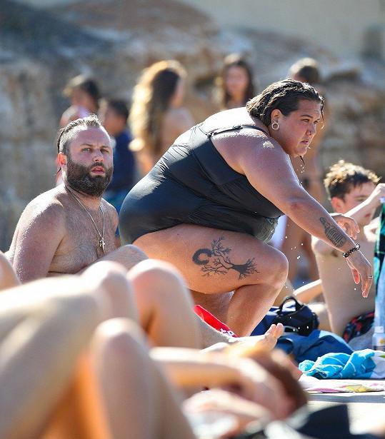 Na pláži ji nepřehlédnete.