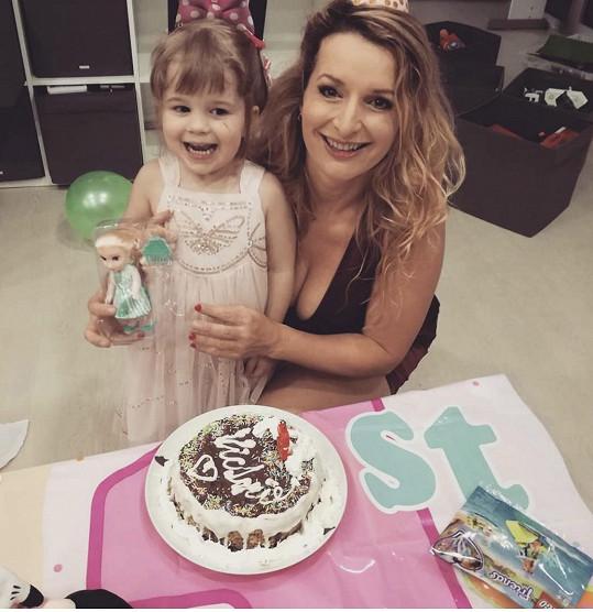 Pro dceru ke 3. narozeninám upekla poprvé v životě i dort.