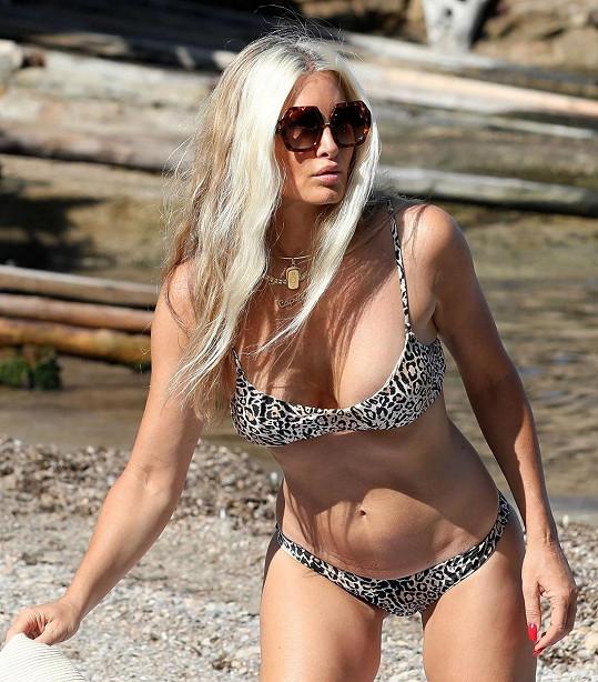 Blondýnka zvolila plavky s leopardím vzorem.