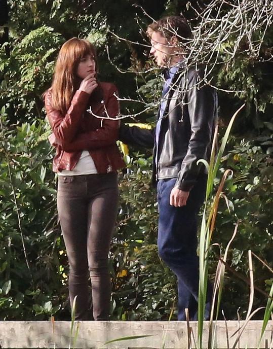 Jamie Dornan a Dakota Johnson v Padesáti odstínech šedi.