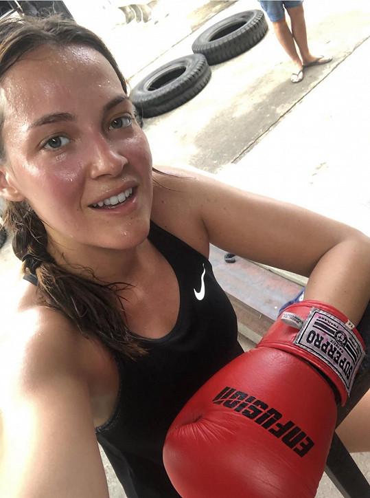 Trénink thajského boxu bere modelka smrtelně vážně.