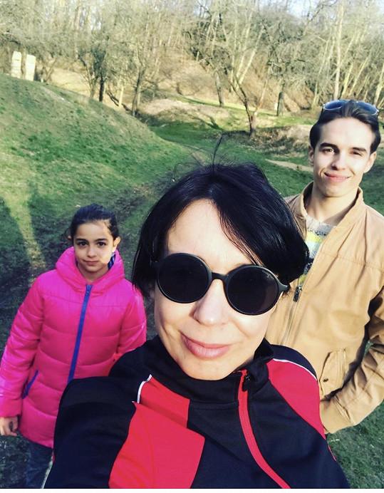 Nela Boudová s mladším synem Daliborem a dcerou Sašenkou na procházce.