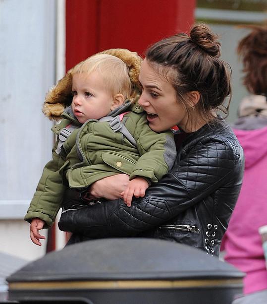 Keira Knightley vyrazila s dcerkou na procházku.