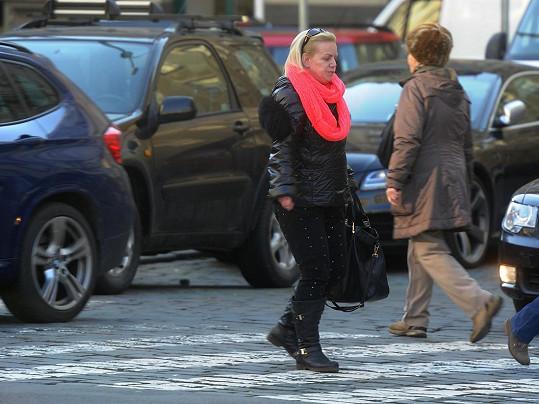 Hana Krampolová si vykračovala po ulici bez make-upu.