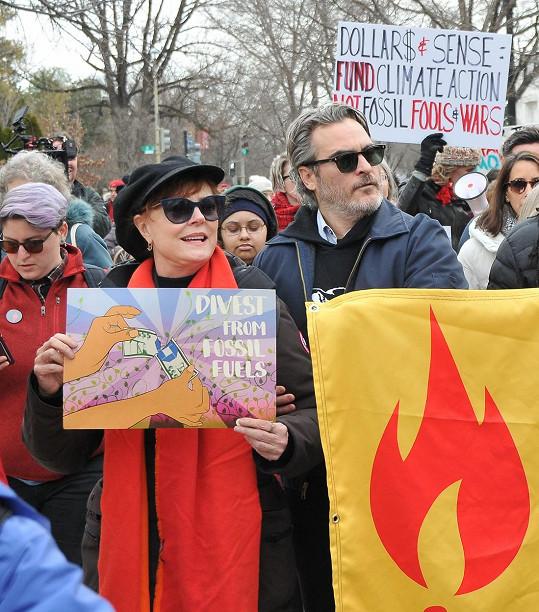 V posledních letech se hojně věnuje aktivismu, na snímku s Joaquinem Phoenixem při protestu proti klimatickým změnám.