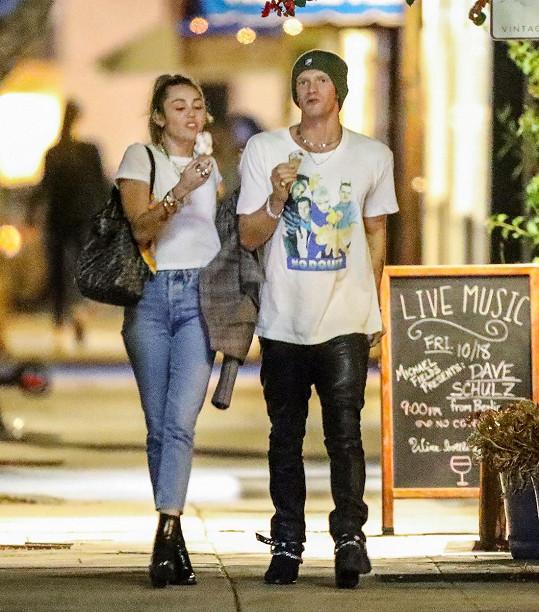 Během zotavování dělá Miley společnost přítel Cody Simpson.