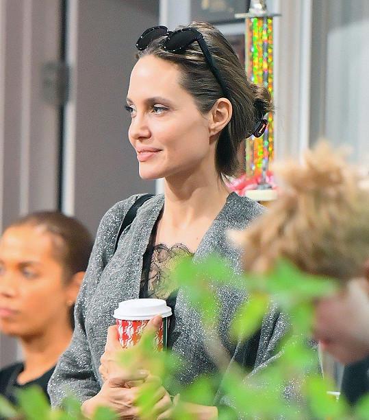 Angelina se dmula pýchou na tréninku nejmladší dcery Vivienne.