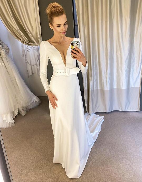 Modelka znovu oblékla svatební šaty.
