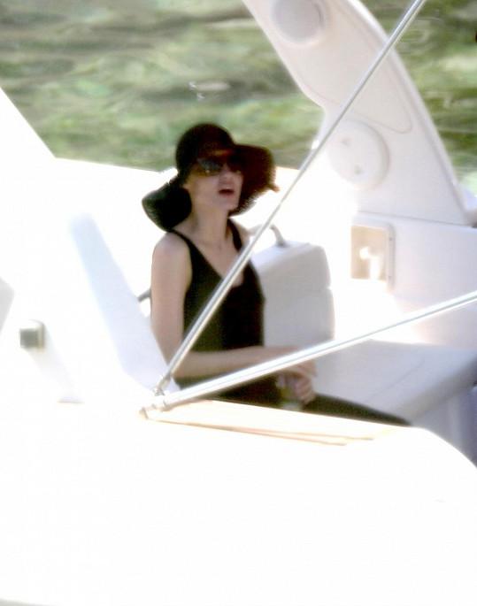Angelina Jolie se ve Francii pečlivě chrání před sluncem.