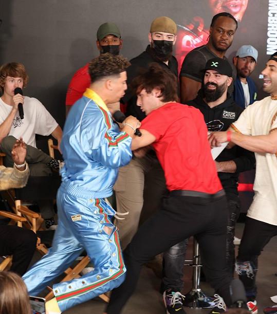 Bojovat mají až 12. června, Bryce Hall a Austin McBroom se ale porvali už na tiskové konferenci.