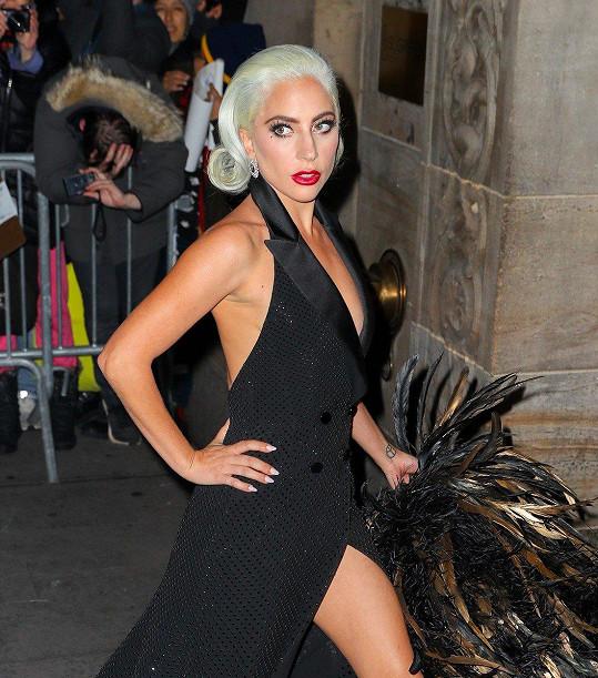 Lady Gaga vypadala jako hvězda ze starých hollywoodských filmů.
